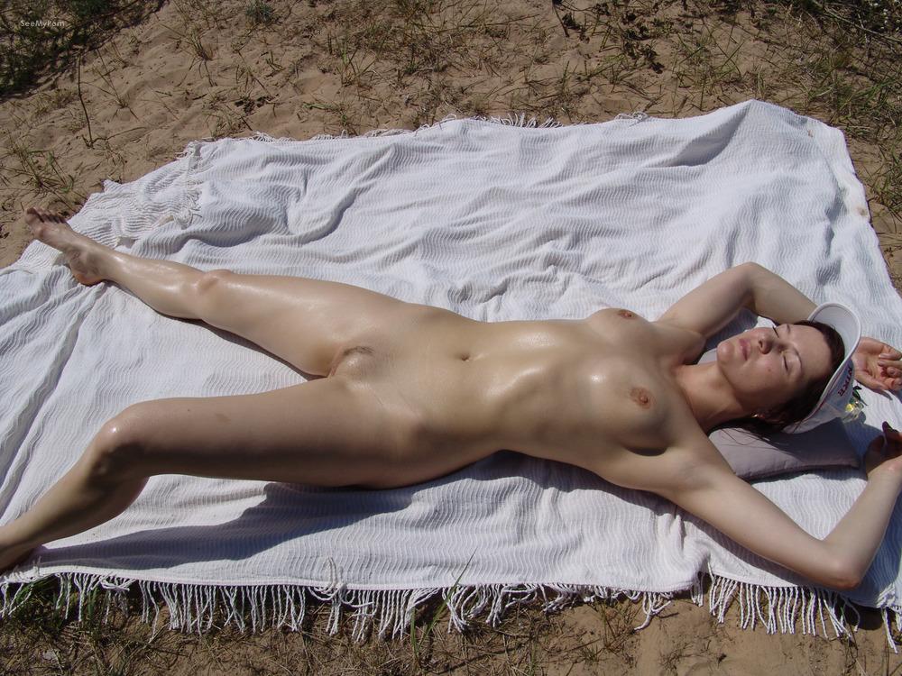 Nudist wife in garden — photo 10